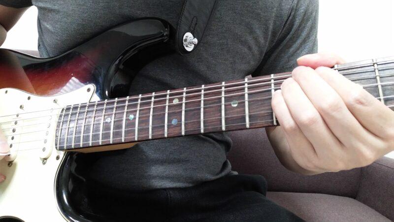 左手の形をしっかりと固定して、ドアノブを回すように手首を回転させて弦を持ち上げますが、指も小指もチョーキングで変化させる音程は同じにすることがコツ