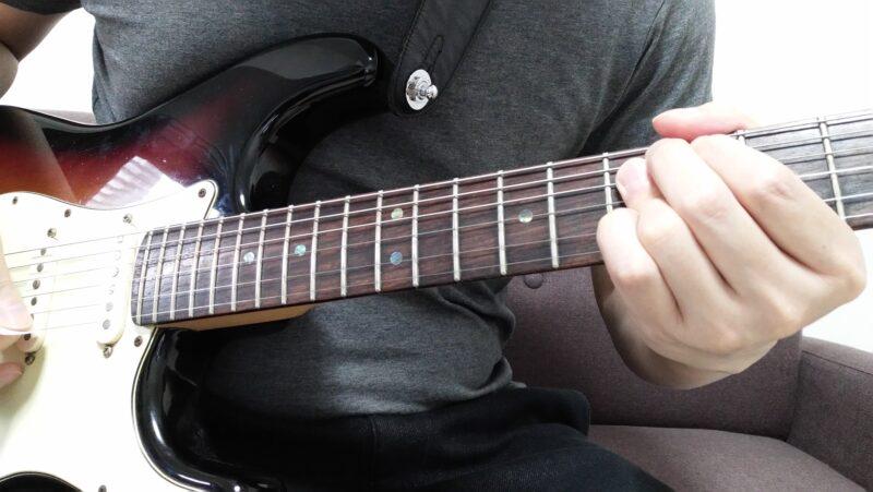 同様に左手の形をしっかりと固定して、ドアノブを回すように手首を回転させて弦を持ち上げます