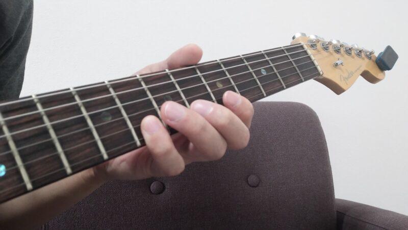 異弦同フレットで小指を1弦8フレットを押弦している状態