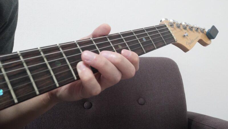 異弦同フレットで小指を2弦8フレットを押弦している状態
