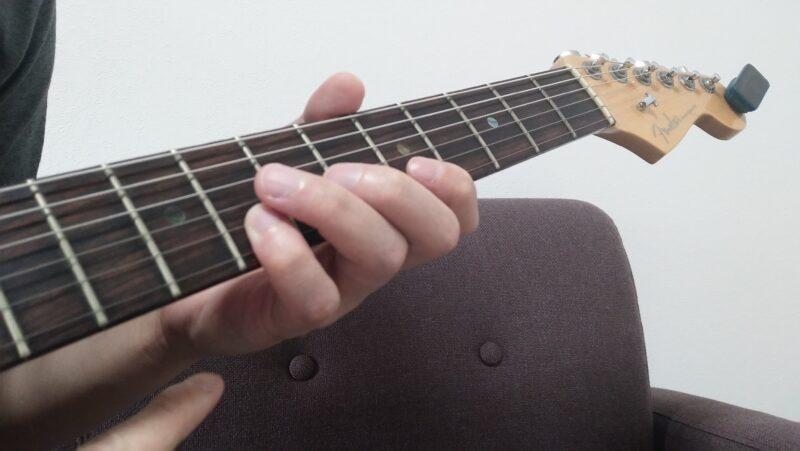 第一関節、第二関節、手首側までの左手側面が連動して動く範囲で左手の動きを補助してあげる