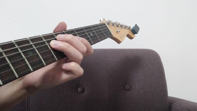 4弦7フレットを押弦しているときに、4弦はフレットから浮いていますが、指の腹が軽く触れている状態にしてミュート