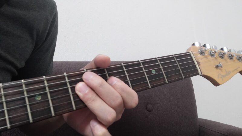 ジョイントを行うときは第一関節の曲げ伸ばしで違う弦を弾き分け、左手全体の動きが最小限になるようにして弾く