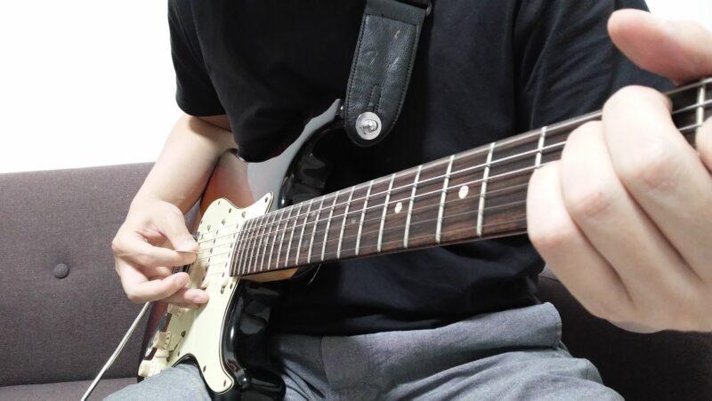 6弦を弾いた後に1弦を弾くことができるように、3弦と4弦の間あたりに重心がくるようにする