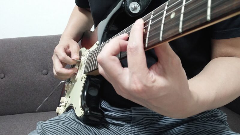 親指と人差し指の間にピックを持って同じようにフレーズを弾いてみる