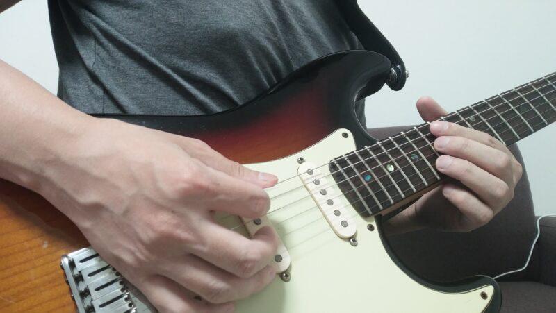 左手で高音弦をミュートする