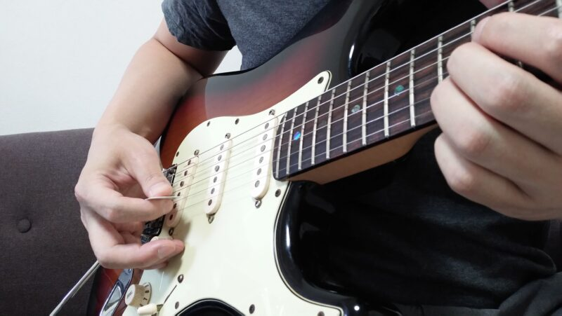 バイオリン奏法のときは小指でボリュームノブを操作するのが基本スタイル