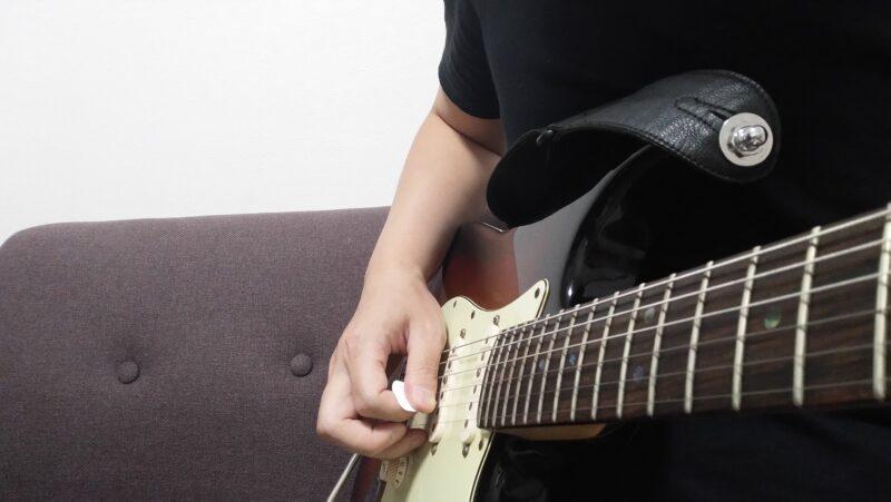 ピッキングした直後に親指の側面が弦に触れるようにダウンピッキング