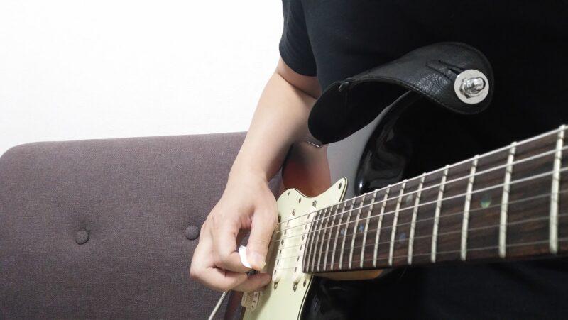 親指の側面が弦に触れた後はすぐに弦から離すこと
