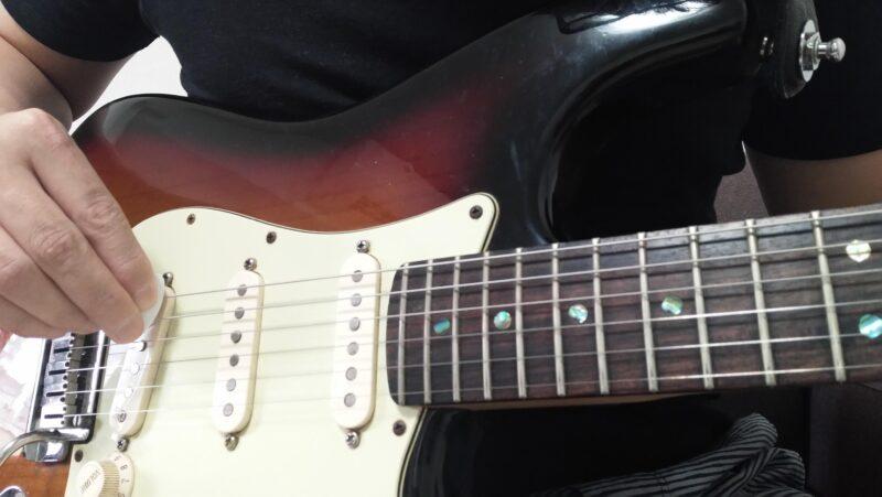ブリッジ側にピックを当てる位置の目安はエレキギターのリアピックアップ部分を目安