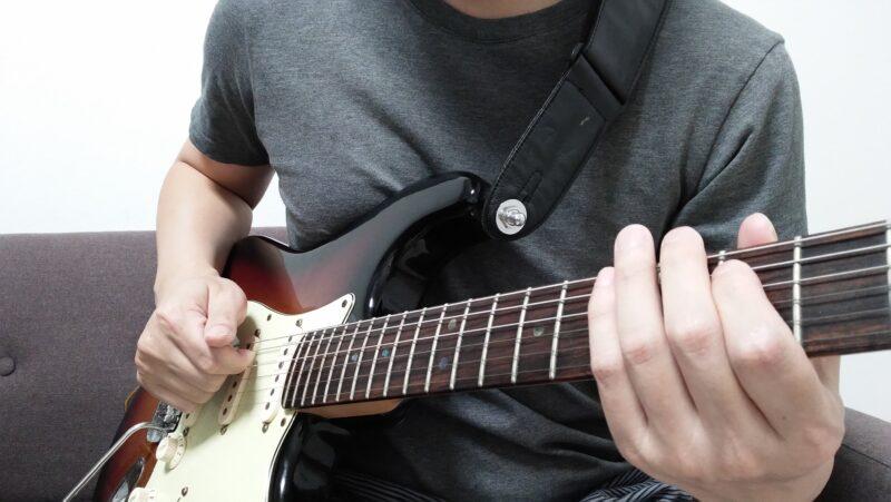弦に指を引っかける