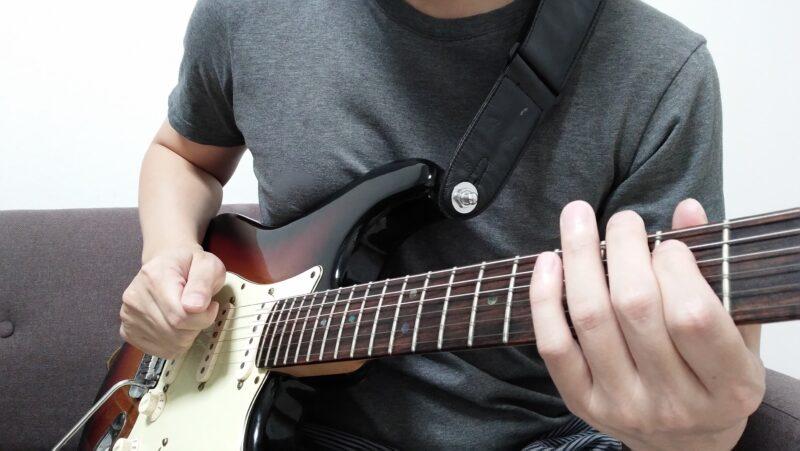 弦に引っかけた指で弾く