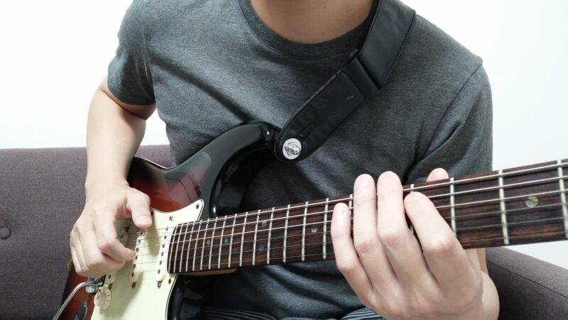 人差指で弦をミュートした状態から中指や薬指(または2本で)で弦を叩く