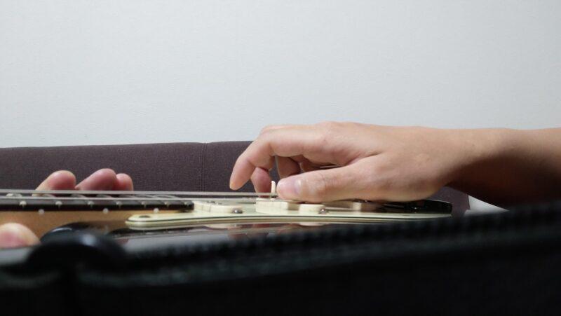 弦が指版やフレットに当たって「バチン」という音を鳴らす