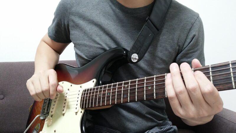 狙った弦を下から親指で弾く