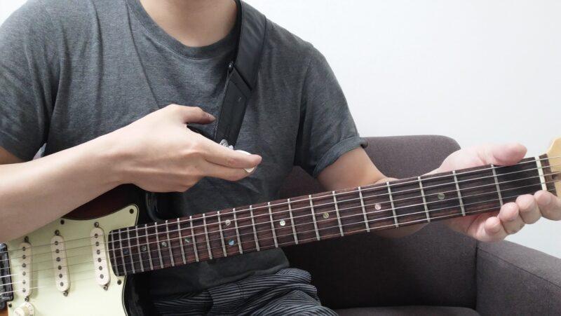 ネックベンドで音程を下げる場合、左手はネックを押し出すように力を加え、右手はボディを身体側に押し付けるように力を加える