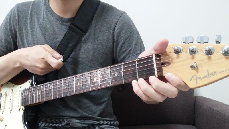 反対にネックベンドで音程を上げる場合、左手はネックを手前側に引っ張るように力を加え、右手はボディを掴んで前に引っ張るように力を加える