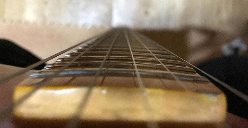 ギターの指版は「ラウンド指板」と「フラット指版」がある