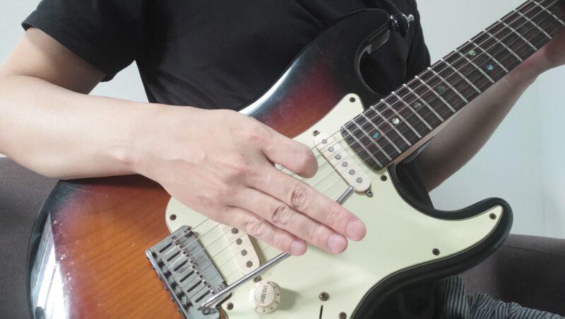 レモロアームをヘッド側とは逆の方向にセッティングしておいて、ヘッド側ではない逆の方向に向かってトレモロアームを叩く