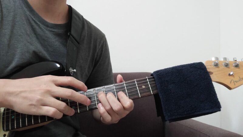不要な弦をミュートする