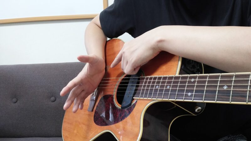 低音弦は手刀部分でブリッジミュートする