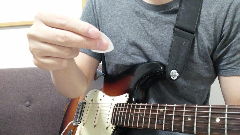 ピックは中指と親指で持つ